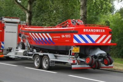 De JetFire24 blusboot op de geavanceerde trailer achter de brandweerwagen.