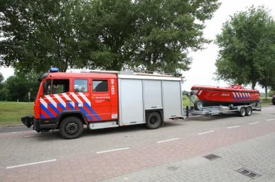 Brandweerwagen met daarachter de trailer met de brandweerboot.