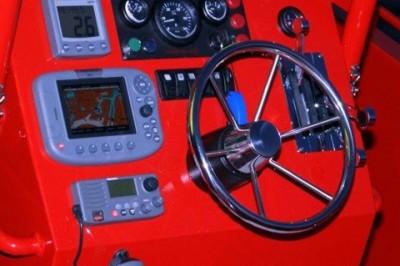 Navigatieapparatuur en instrumenten op het dashboard.