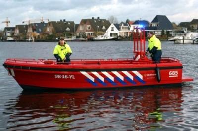 Brandweervaartuig in het water.